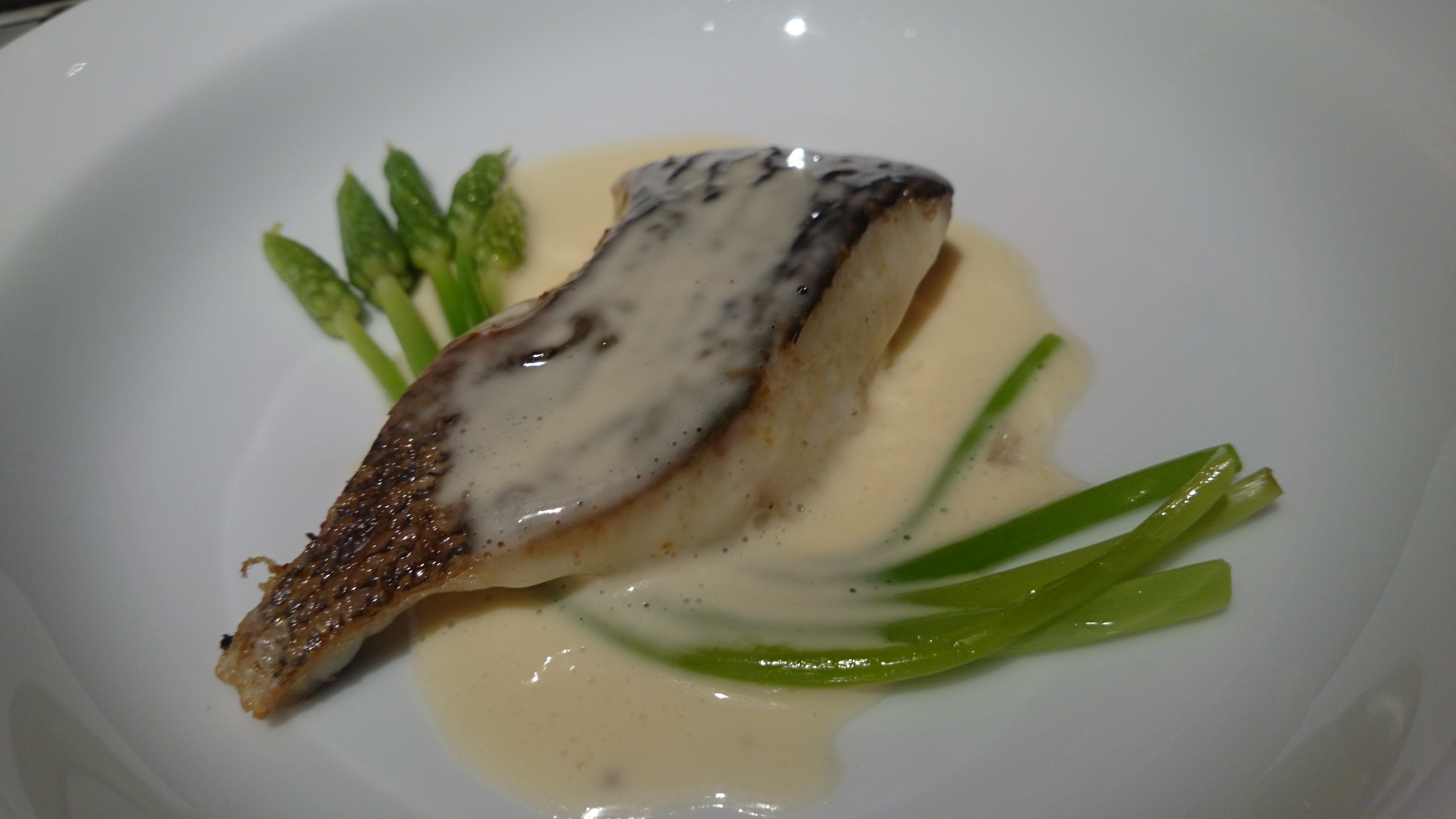 13、グレ(魚)とアスパラのエシャロットと白ワインソース