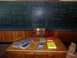 ニトリで学習机を買いに行きました。展示品を安くでGET♪