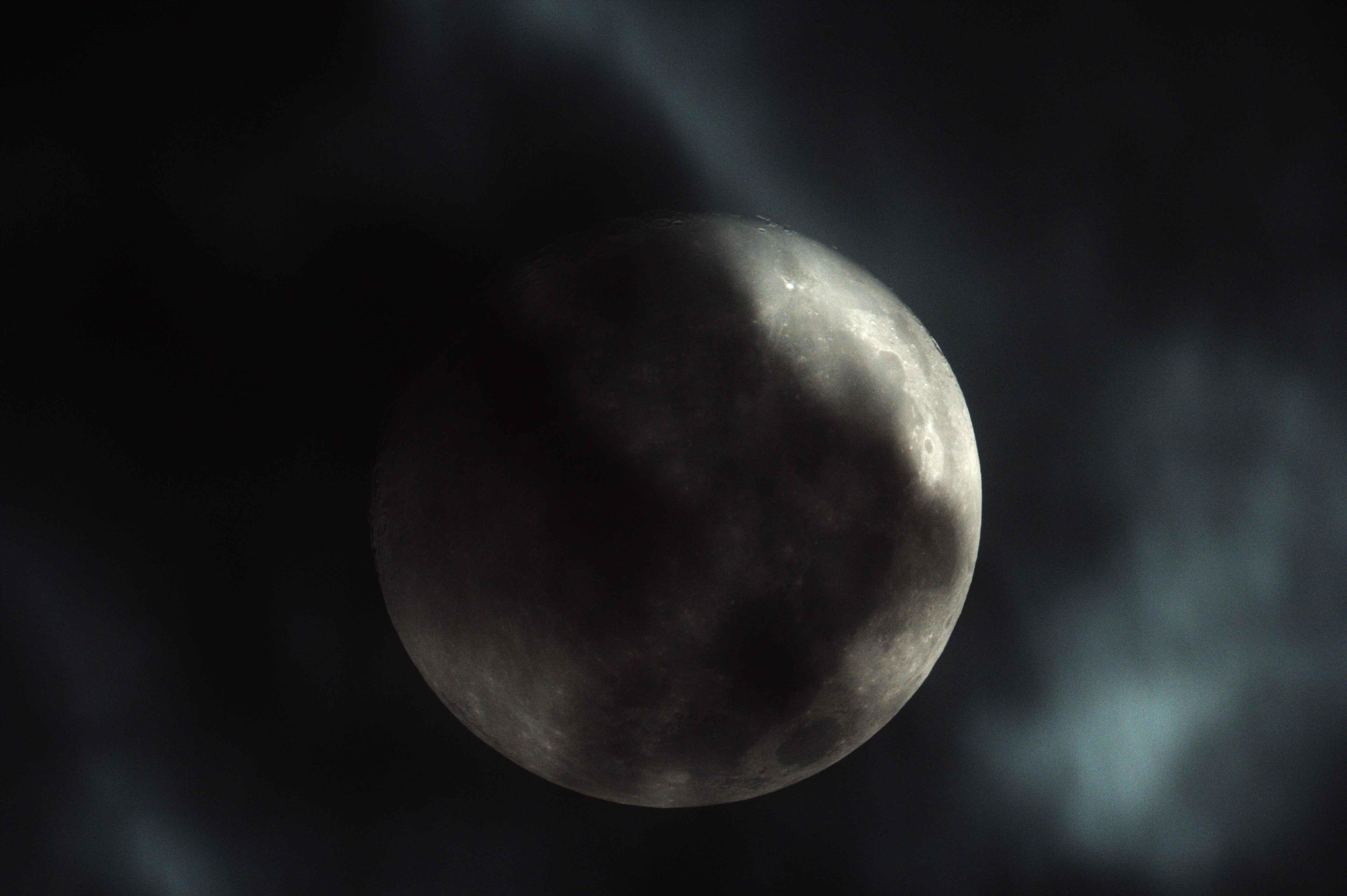雲の中の月b