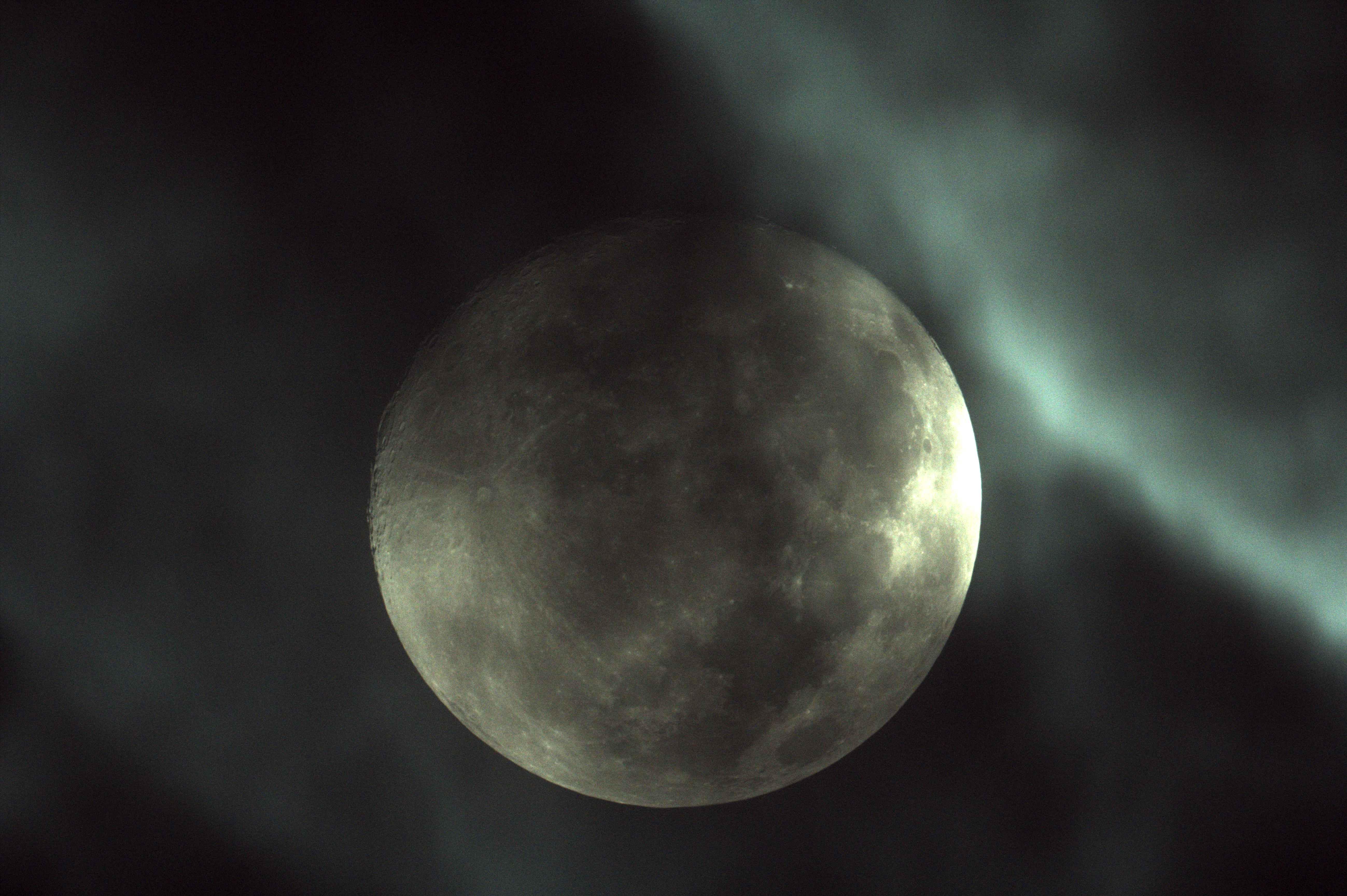 雲の中の月a
