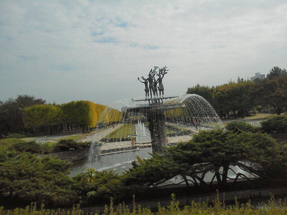 F1000133昭和記念公園10月26日噴水とカナールいちょう並木