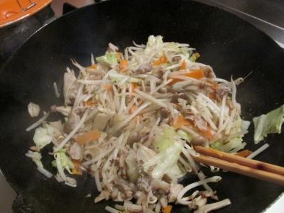 野菜を炒める1