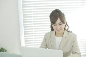 パソコンをする美人女性