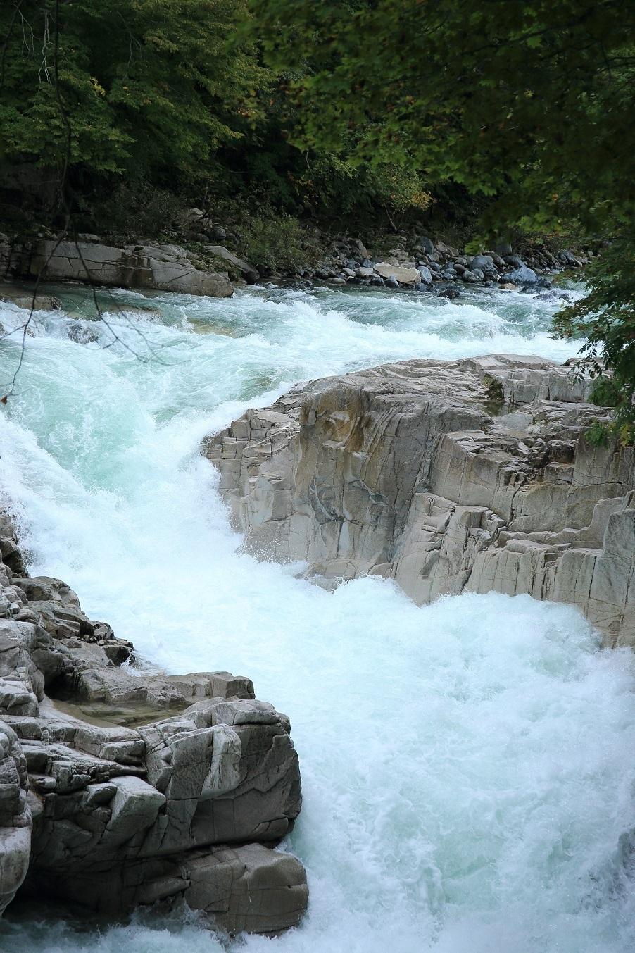 ブログ スゴイ水量 岩を砕く勢い.jpg