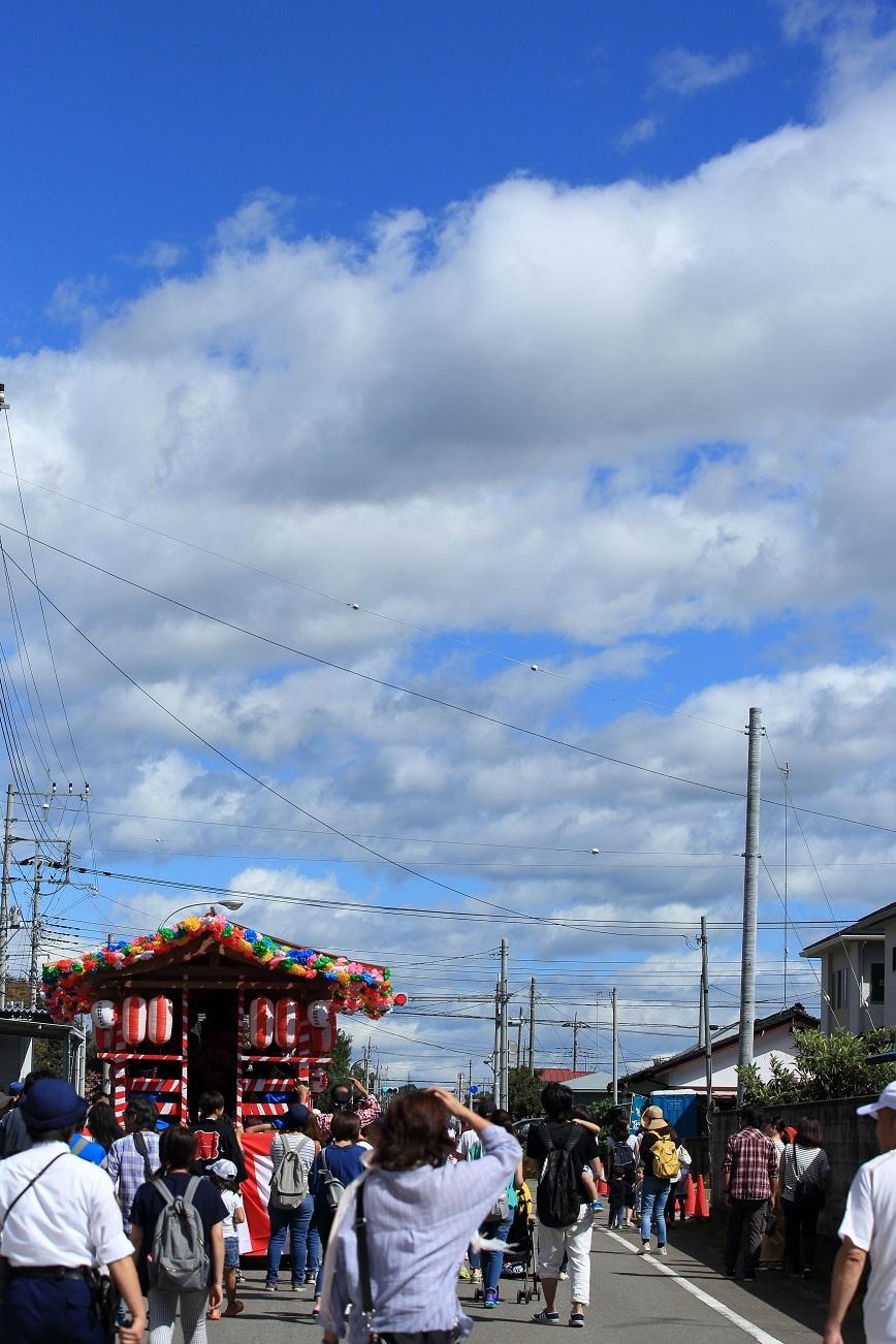 ブログ 台風一過の秋晴れの元 最後尾の山車が巡幸して行きます.jpg