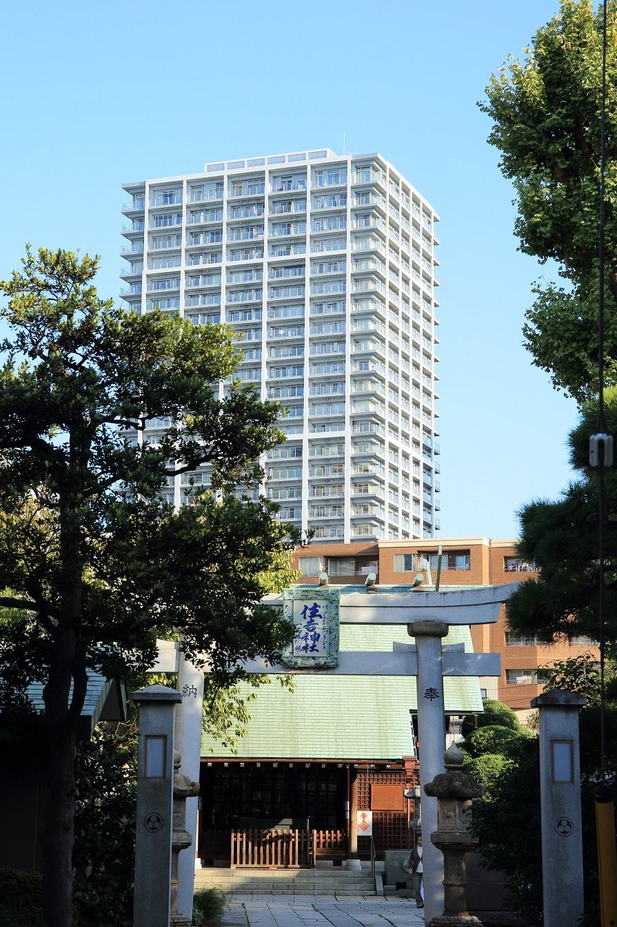 ブログ 佃島の守り神、住吉神社 背景はタワーマンション.jpg