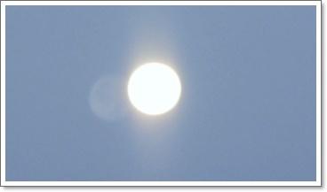 朝なので西に沈む満月
