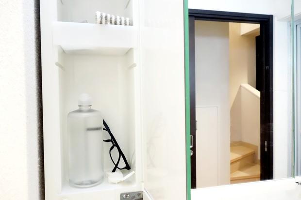 洗面所・洗面台鏡裏・左側・眼鏡①