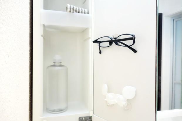 洗面所・洗面台鏡裏・左側・セリア・フィルムフック 小・眼鏡・コンタクトケース①