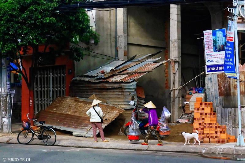 絶景探しの旅 - 0726 カオスな街を行く天秤を担ぐ女性 (ベトナム ホーチミン・シティ)