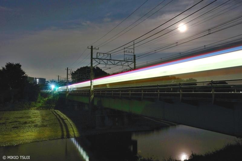 絶景探しの旅 - 0733 満月の浅川を行く中央線 (東京都 八王子市)