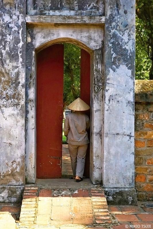 絶景探しの旅 - 0736 文廟の門に入る人 (ベトナム ハノイ)