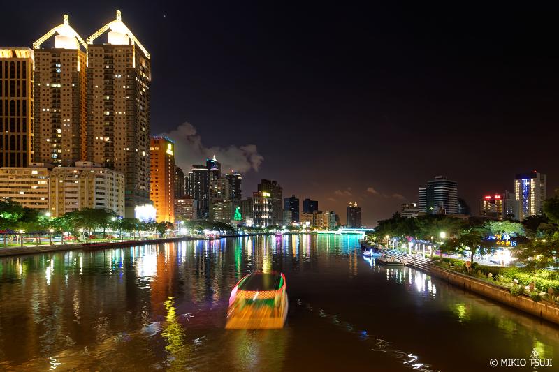 絶景探しの旅 - 0756 虹色の光に映える夜の愛河を行く (台湾 高雄市)